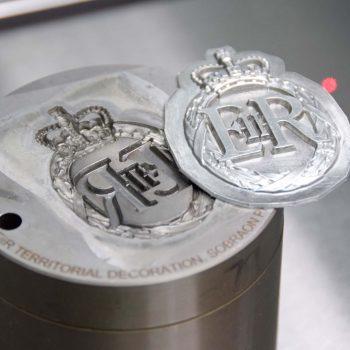 Sehr tiefe 3D Lasergravur eines Prägewerkzeugs für Orden und Medaillen.