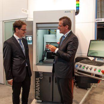 Michael Kleiner, Ministerialdirektor im Wirtschaftsministerium BW (l) und Gerhard Kimmel, Geschäftsführer ACSYS Lasertechnik GmbH