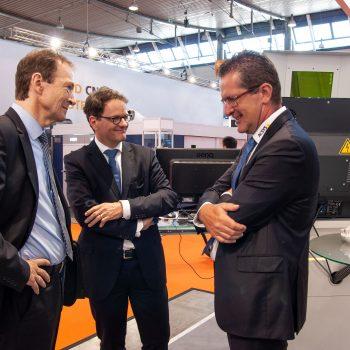 Claus Mayer, Ministerialrat (l), Michael Kleiner, Ministerialdirektor im Wirtschaftsministerium BW (m) und Gerhard Kimmel, Geschäftsführer ACSYS Lasertechnik GmbH