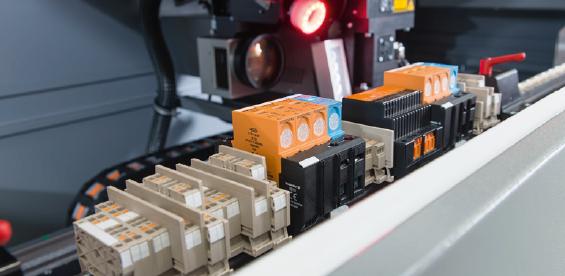 Höchste Flexibilität. Durch den universellen Tragschienenhalter und den laserdirekt arbeitenden Markierungstechnologie ist es möglich, die Klemme sehr präzise zu markieren. Blöcke und andere Tragschienenbauteile - auch mit komplexe Geometrien. Die Tragschienen TS35 können gekennzeichnet werden durch 100 bis 1.200 mm Länge, 7,5 bis 15 mm Höhe und mit einem Gesamtgewicht von bis zu 15 Kilogramm. (Bildrechte Weidmüller)